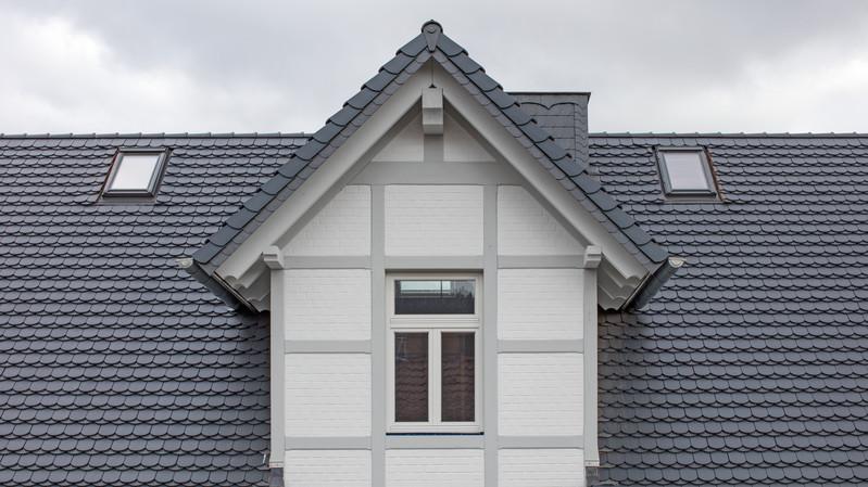 Dach mit Gaube in Biber KLASSIK NUANCE schieferton engobiert