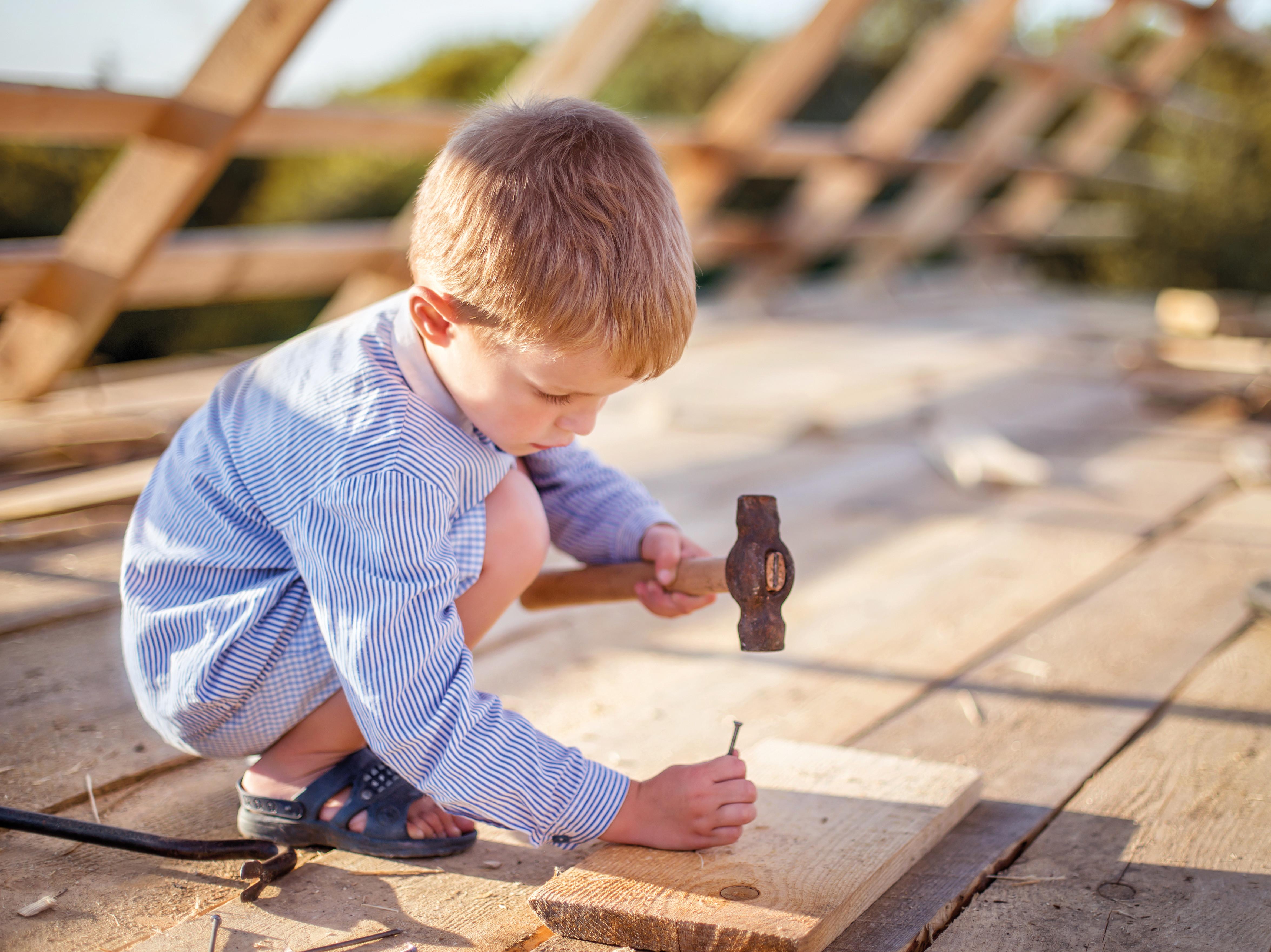 Junge arbeitet am Dach